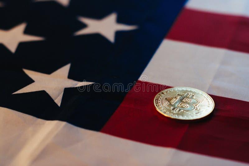 Ouro de Bitcoin e a bandeira do Estados Unidos, foto de stock