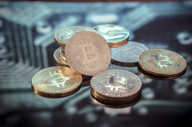 Ouro de Bitcoin, moedas de prata e de cobre e circ impresso defocused imagens de stock