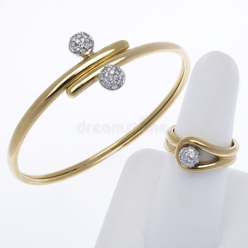 Ouro e bracelete e anel do diamante imagens de stock