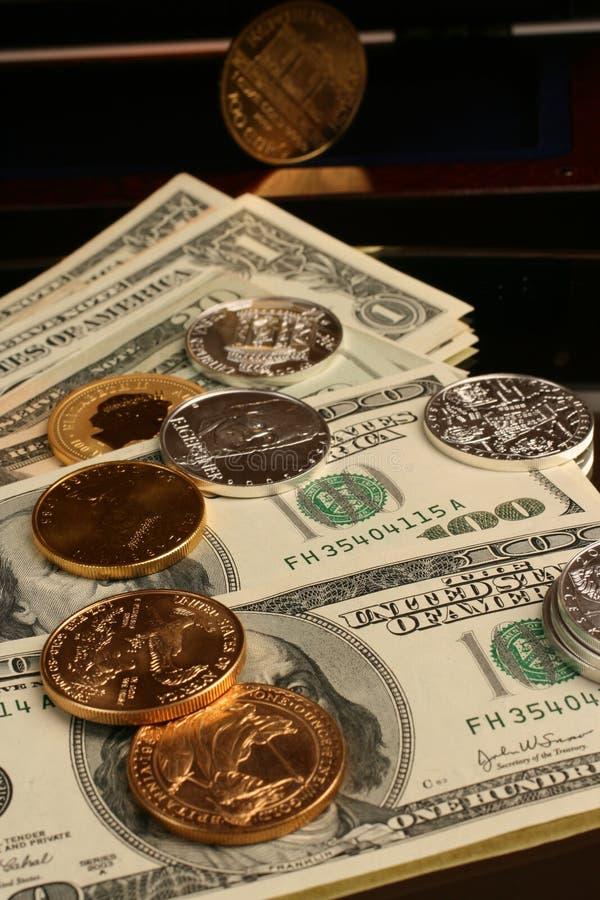 Ouro e dinheiro de prata de moeda e de papel fotografia de stock