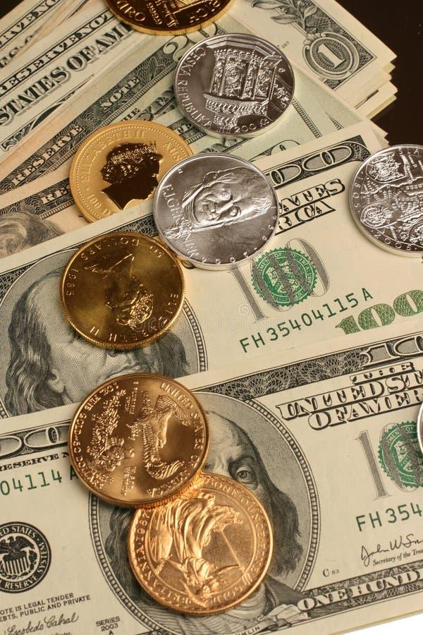 Ouro e dinheiro de prata de moeda e de papel imagem de stock