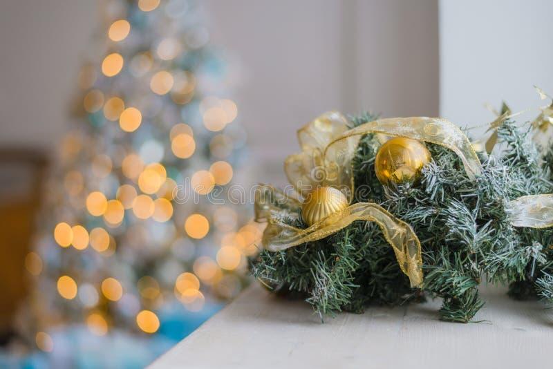 Ouro e fundo azul do Natal de luzes de-focalizadas com árvore decorada imagem de stock royalty free