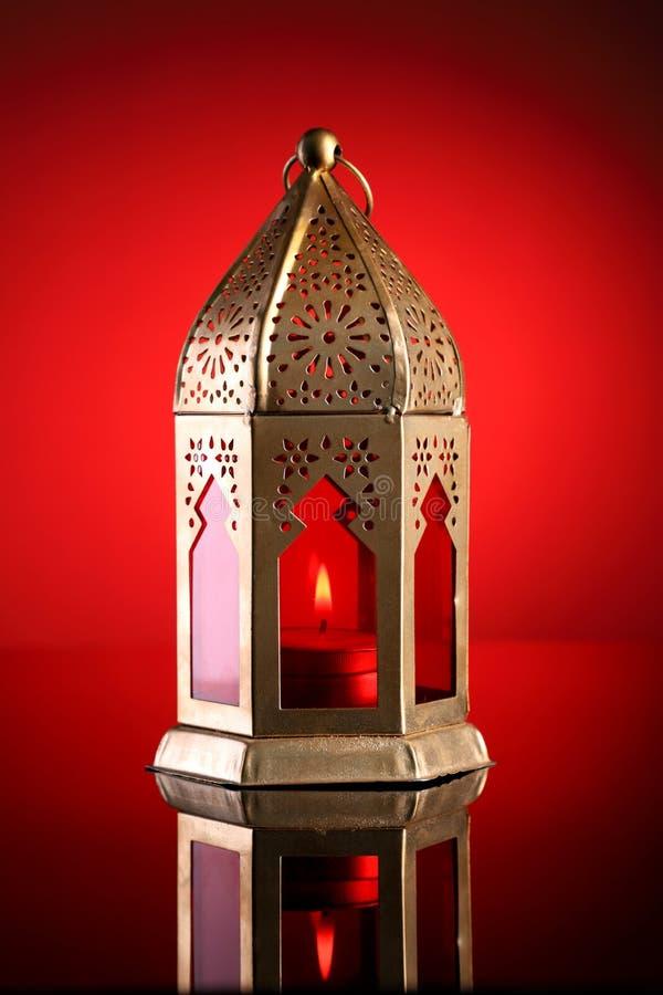Ouro e lanterna islâmica vermelha para a ramadã/Eid Celebrations imagem de stock