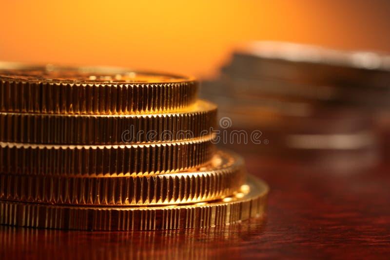 Ouro e moedas de prata imagem de stock