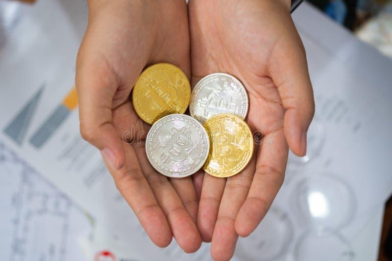Ouro e prata Bitcoins que guarda à disposição, conceito virtual manry e do cryptocurrency imagem de stock royalty free