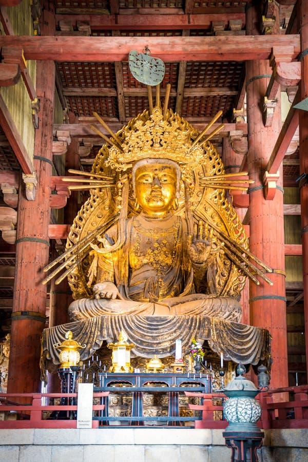 Ouro Guan Yin Statue gigante no templo de Todaiji, Nara Prefecture, Japão imagem de stock