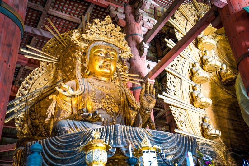 Ouro Guan Yin Statue gigante no templo de Todaiji, Nara Prefecture, Japão fotografia de stock royalty free