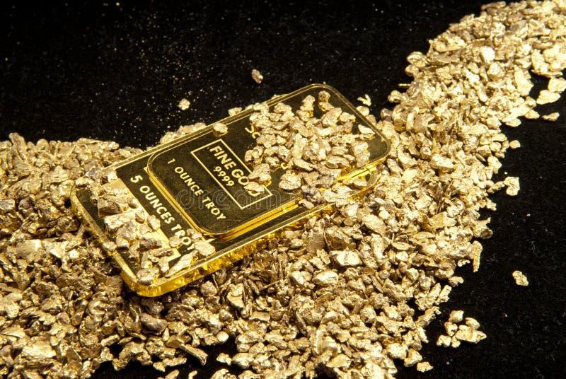 Ouro nas moedas, nas pepitas e nos lingotes fotografia de stock