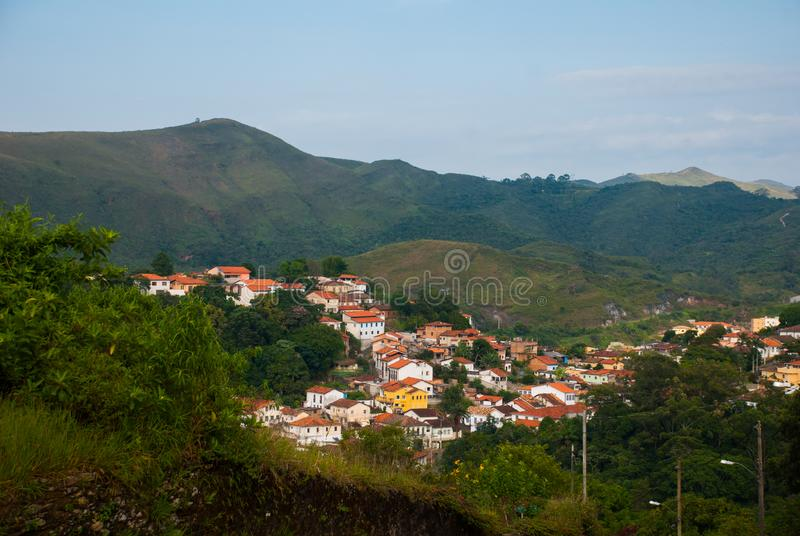Ouro Preto, мины Gerais, Бразилия: Красивый ландшафт с взглядами древнего города стоковая фотография