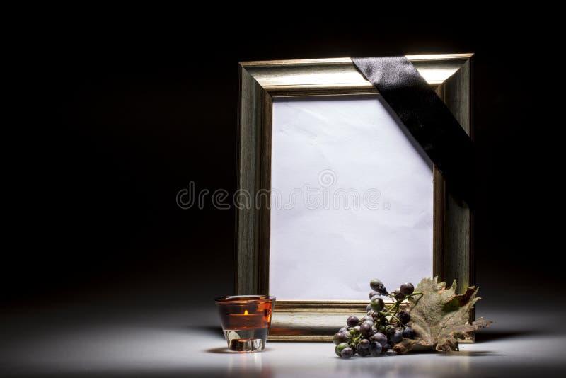 Ouro, quadro de lamentação vazio com flor do sympahi e uvas murchos imagens de stock royalty free