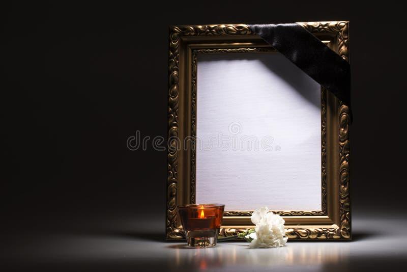 Ouro, quadro de lamentação vazio com vela e cravo imagens de stock royalty free