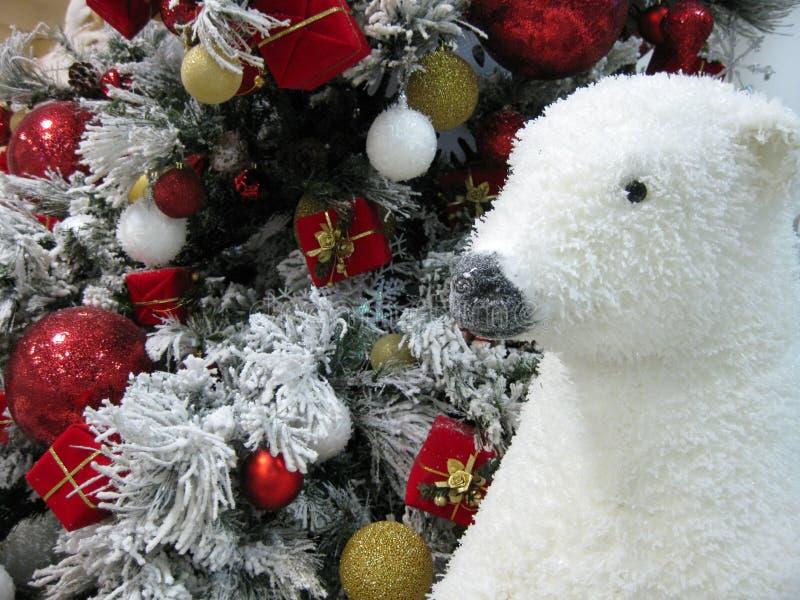 Ours blanc et arbre de Noël image libre de droits