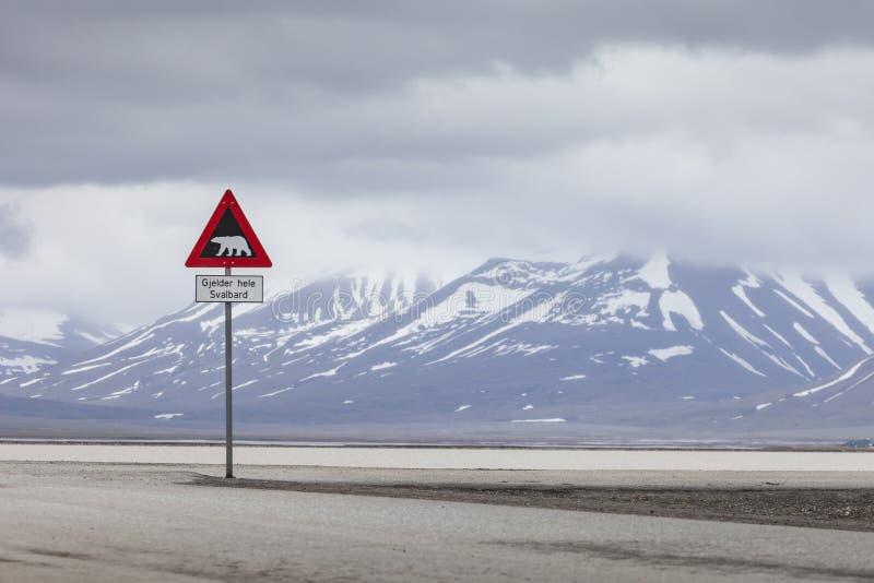 Ours blancs de panneau d'avertissement, le Spitzberg, le Svalbard, Norvège image stock