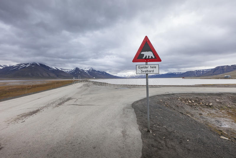 Ours blancs de panneau d'avertissement, le Spitzberg, le Svalbard, Norvège photographie stock