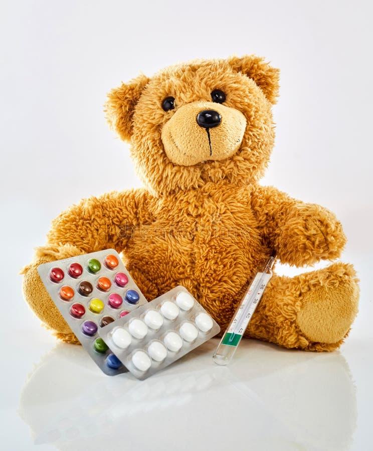 Ours de jouet avec la médecine photos stock