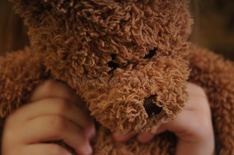 Ours de jouet chez des mains du ` s des enfants photographie stock libre de droits