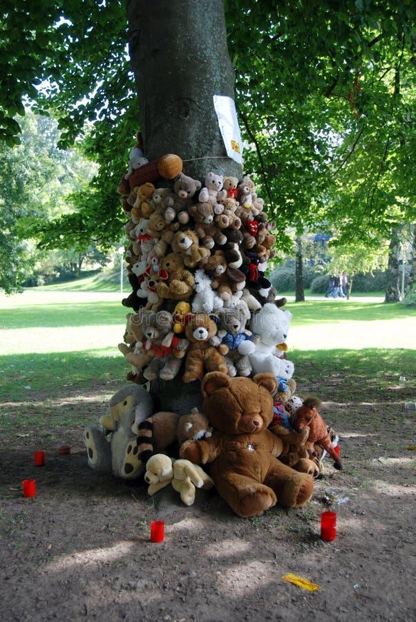Ours de nounours attachés sur l'arbre image stock