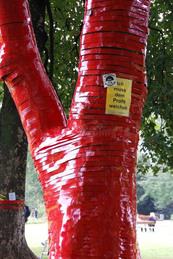 Ours de nounours attach?s sur l'arbre photos libres de droits