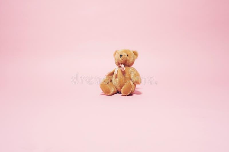 Ours de nounours brun de vintage avec l'arc sur le fond rose images libres de droits