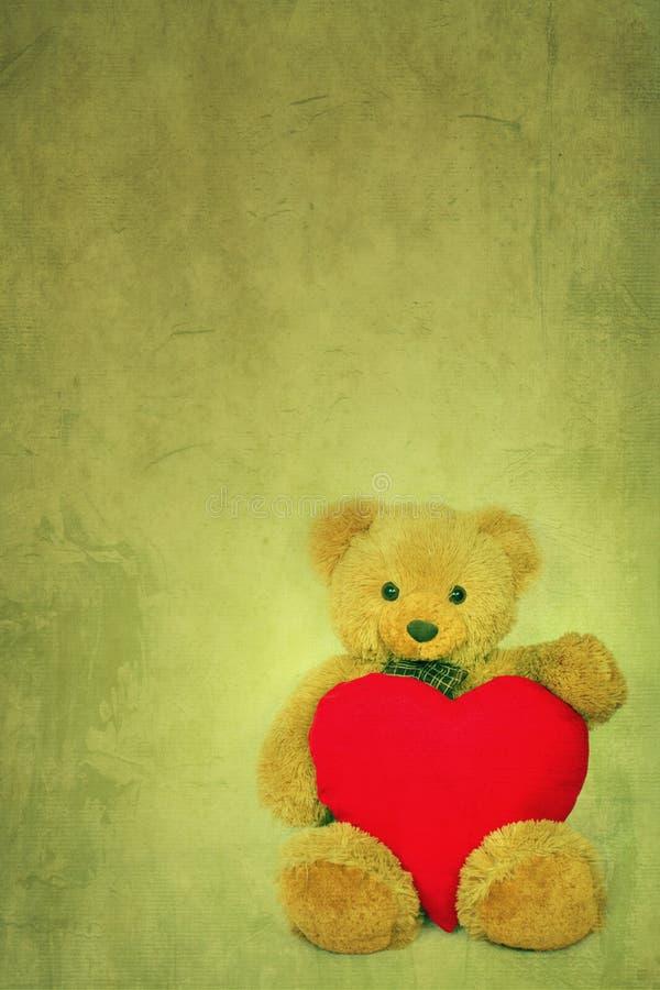 Ours de nounours de Brown avec le coeur mou sur le fond texturisé photo stock