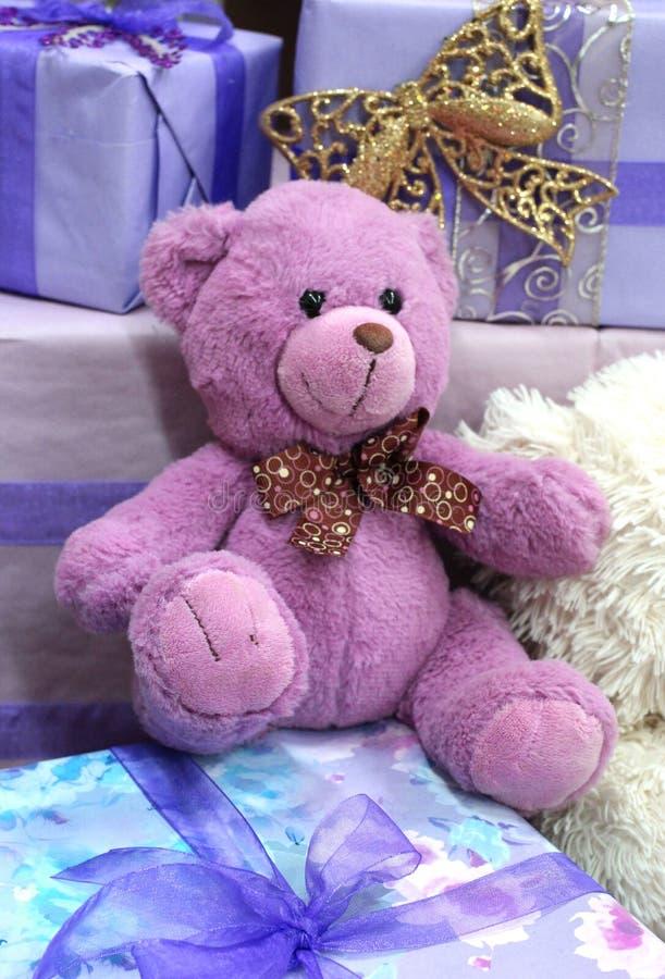 Ours de nounours mol de rose de jouet pour le cadeau de nouvelle année d'enfants photographie stock