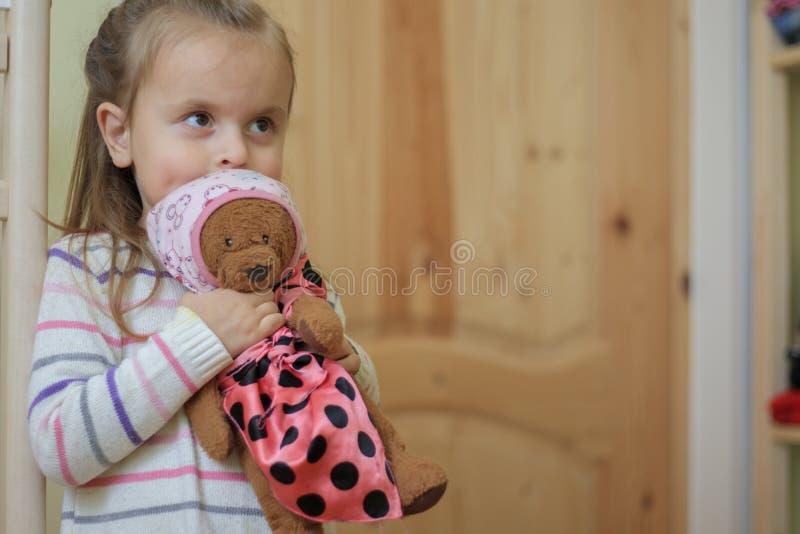 Ours de nounours de sourire de participation de bébé à l'intérieur images libres de droits