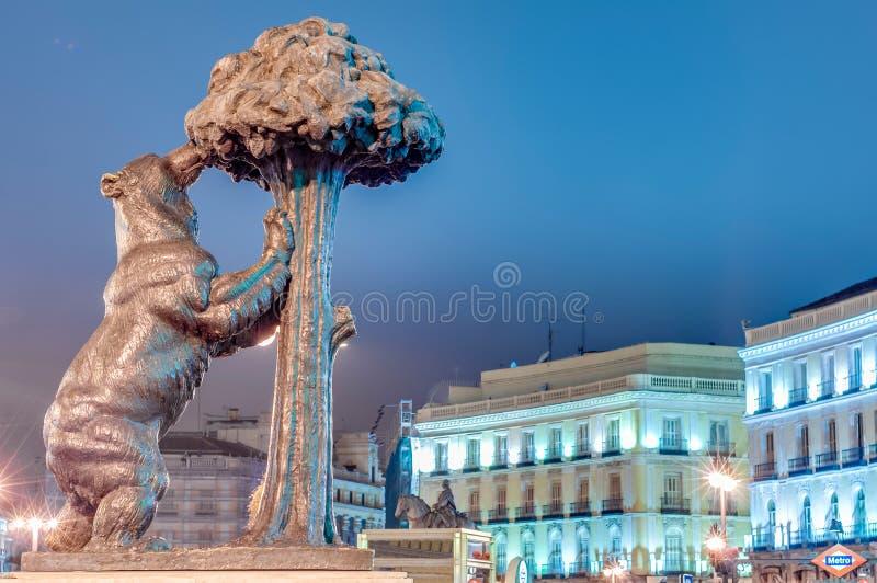Ours et statue d'arbousier à Madrid, Espagne images stock