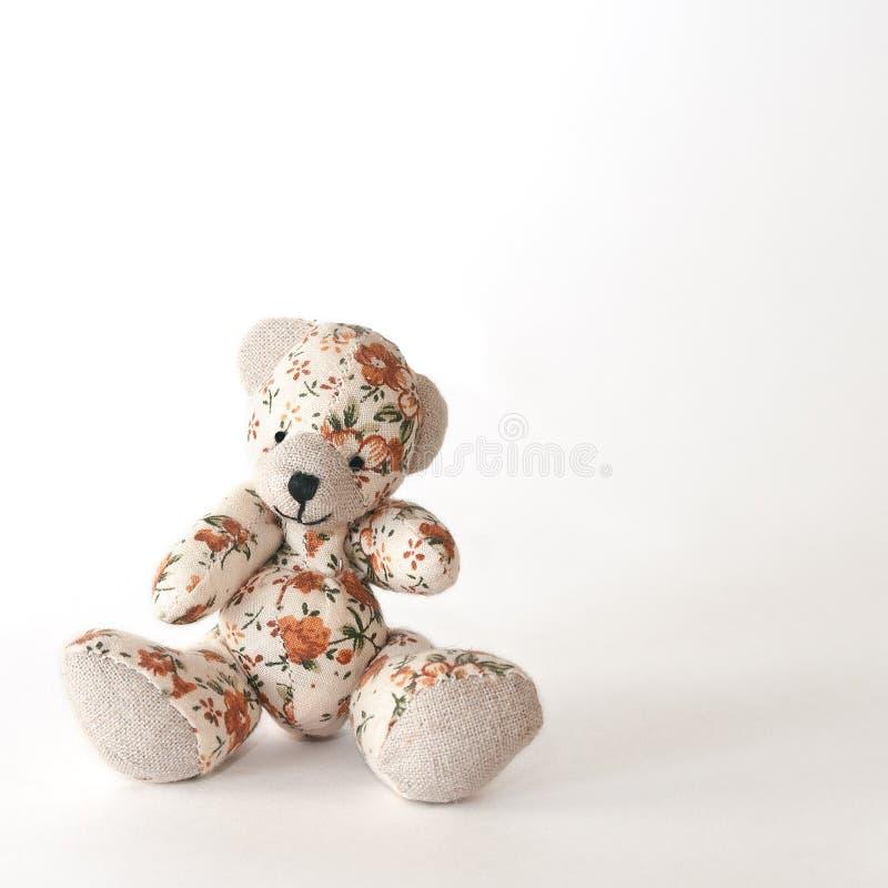 Ours-jouet mignon en fleurs oranges image stock