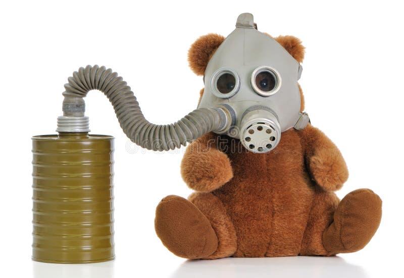 Ours mol de jouet avec le masque de gaz photographie stock libre de droits