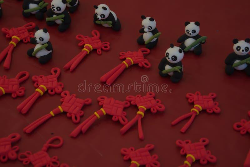 Ours panda de pâte à modeler et ornement chinois de noeud avec le fond rouge photographie stock libre de droits