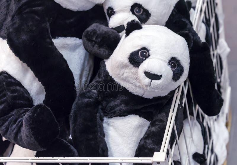 Ours panda mol de jouets dans le panier d'un magasin de jouet photographie stock libre de droits