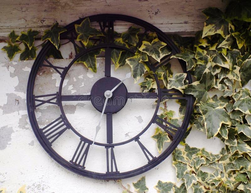 Out drzwi ogródu zegar zdjęcie royalty free