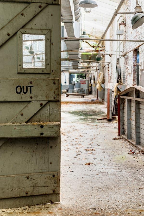 Out drzwi Zaniechanego Indiana wojska Amunicyjna zajezdnia - Indiana - melanżeru dom - obraz royalty free