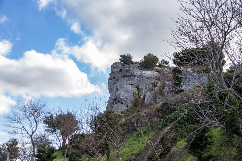 Outcropping della roccia contro un cielo blu fotografia stock