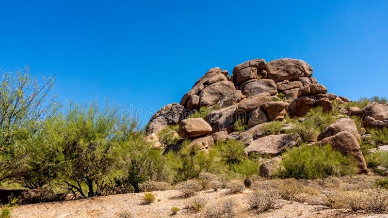 Outcropping della roccia nel deserto dell'Arizona immagini stock