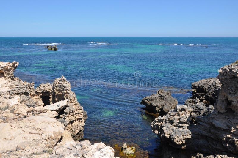Outcropping e Oceano Índico da pedra calcária: Cabo Peron imagens de stock
