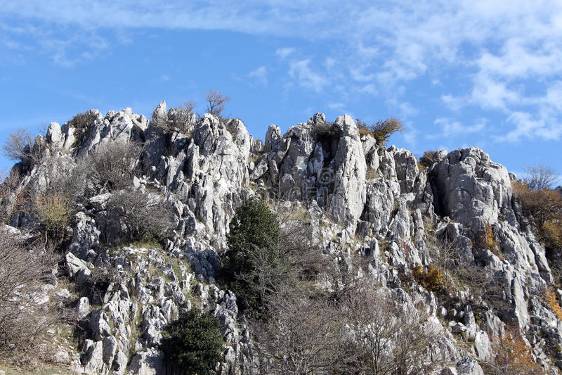 Outcroppings da rocha no outono, dia ensolarado foto de stock