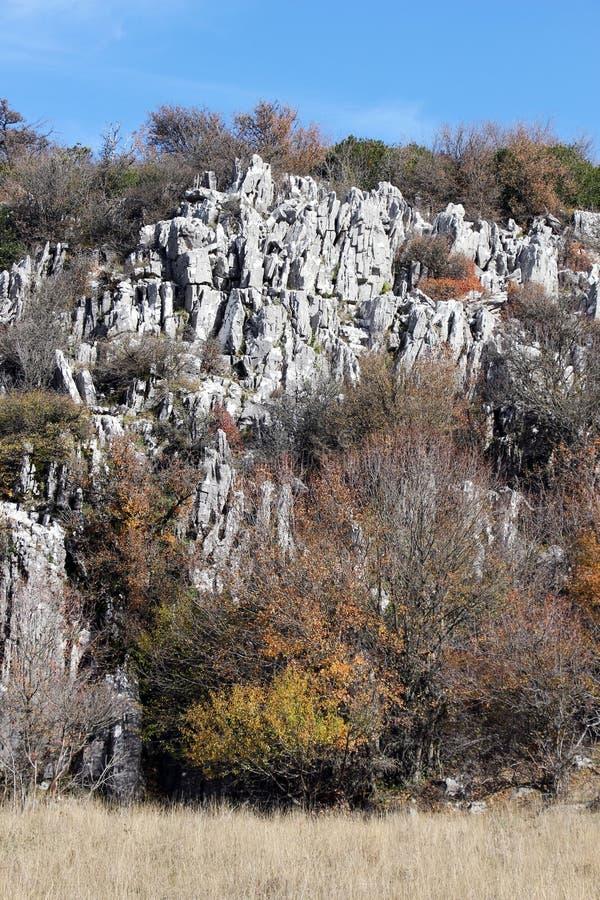 Outcroppings da rocha no outono, dia ensolarado fotos de stock