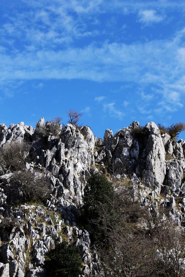 Outcroppings da rocha no outono, dia ensolarado imagem de stock