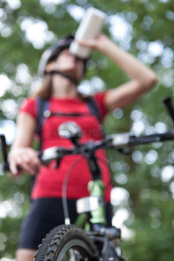 Outddors fêmeas consideravelmente novos do motociclista imagem de stock royalty free