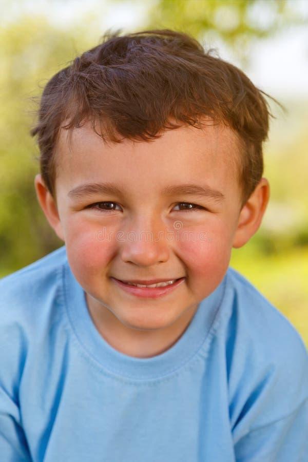 Outdoo de sourire extérieur de visage de format de portrait de petit garçon d'enfant d'enfant image stock