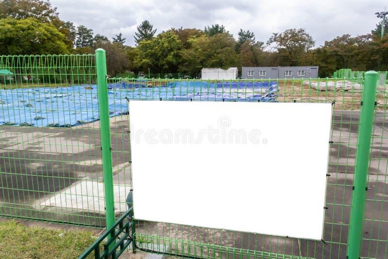 Outdoor em branco na cerca da área de construção imagem de stock royalty free
