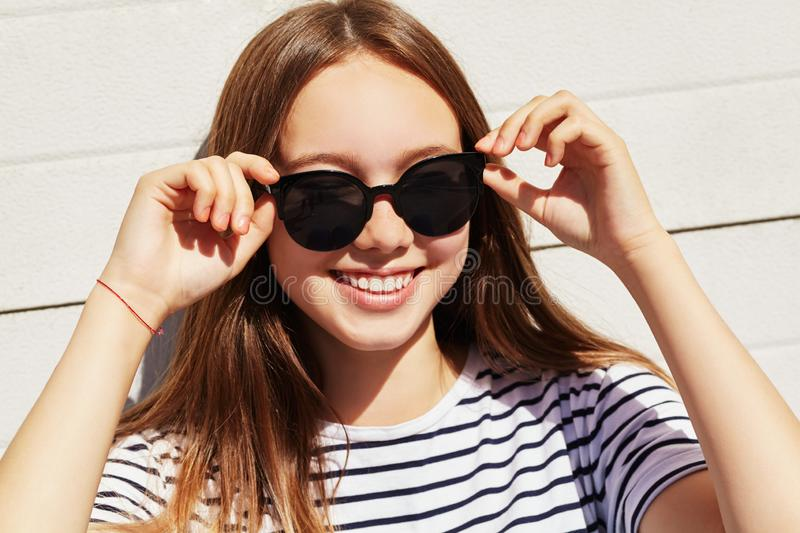 Urban portrait of a stylish young woman in sunglasses royalty free stock photos
