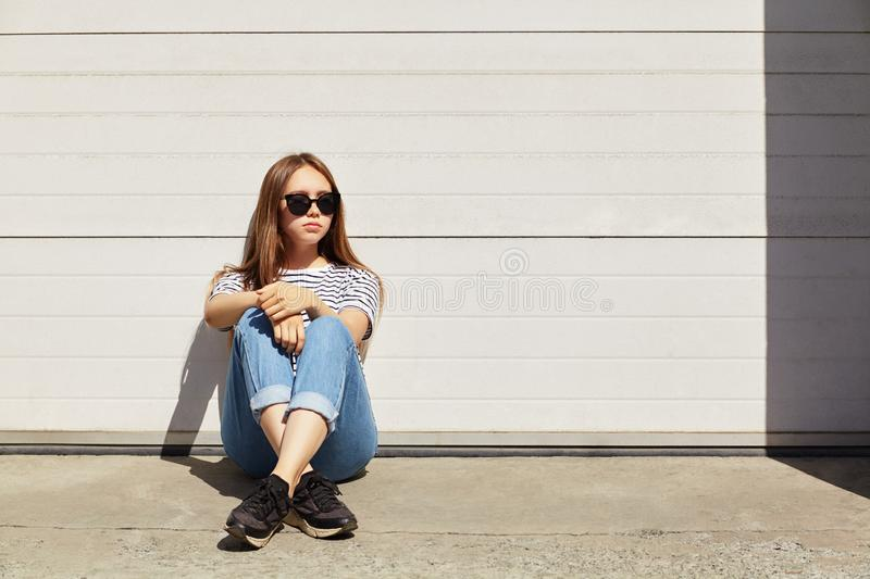 Urban portrait of a stylish young woman in sunglasses stock photography