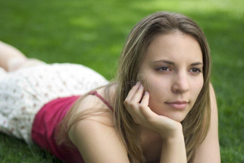 outdoors задумчивые детеныши женщины стоковое фото