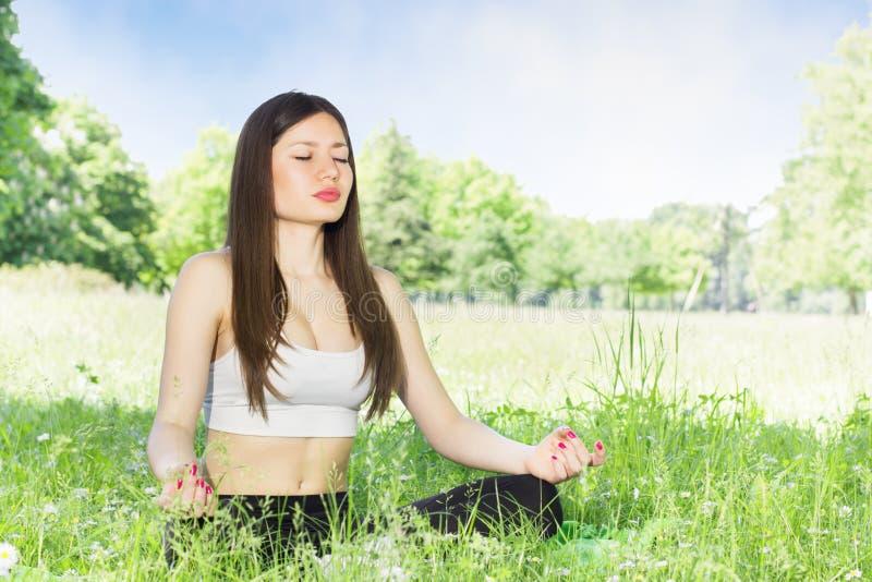 outdoors йога женщины стоковые изображения rf