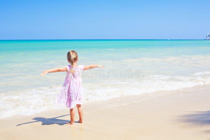 outdoors карибской девушки пляжа рукояток открытый широко стоковое фото rf