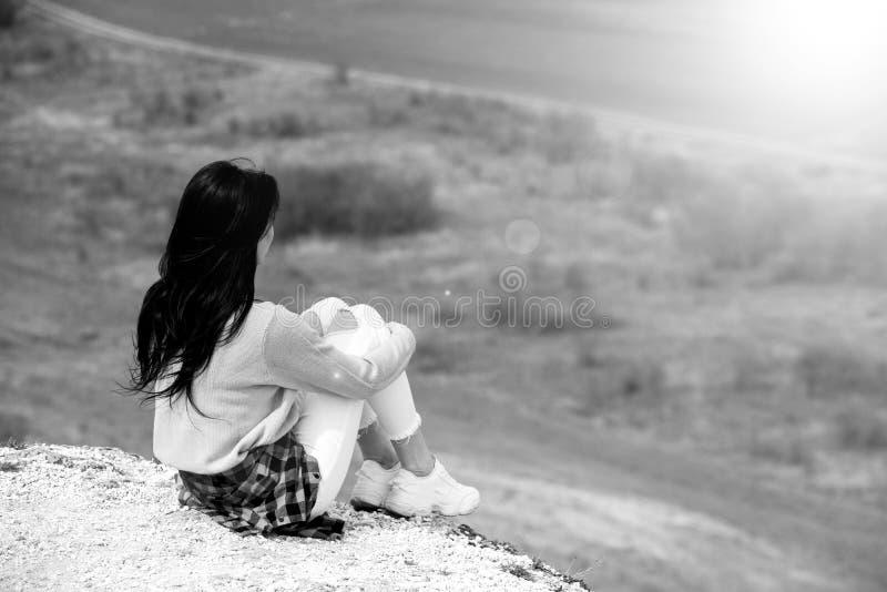 Женщина наслаждаясь природой Outdoors перемещения и молодой женщины концепции wanderlust красивой ослабляя : Счастливая девушка п стоковое изображение