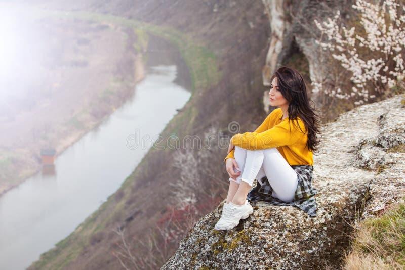 Женщина наслаждаясь природой Outdoors перемещения и молодой женщины концепции wanderlust красивой ослабляя : Счастливая девушка п стоковые фото