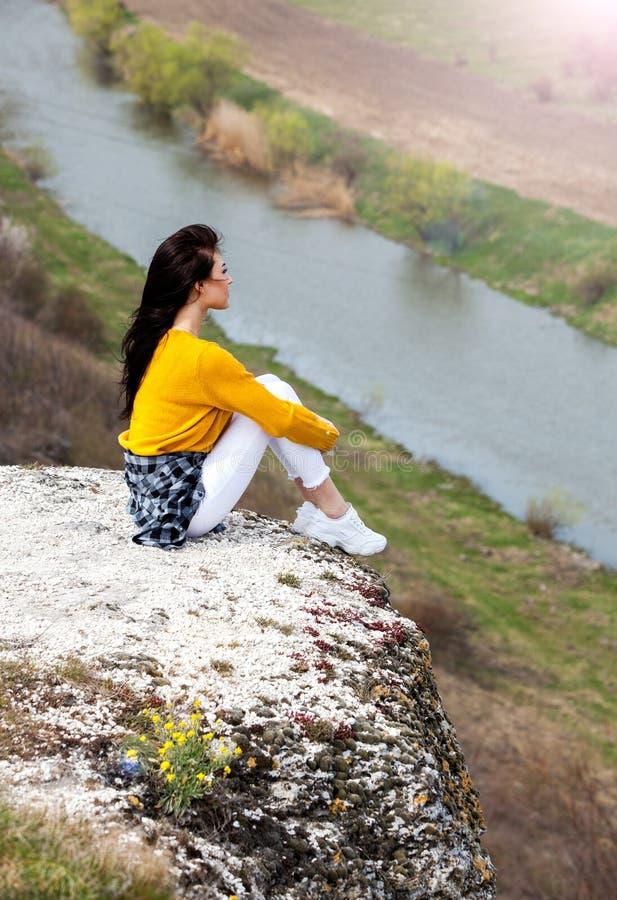 Женщина наслаждаясь природой Outdoors перемещения и молодой женщины концепции wanderlust красивой ослабляя : Счастливая девушка п стоковые изображения rf